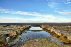 Παγωμένες λίμνες και τούφες της χλόης στον κόλπο Morecambe. Στοκ εικόνα με δικαίωμα ελεύθερης χρήσης
