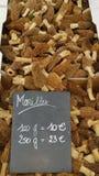 Morel plocka svamp i utomhus- marknad Arkivfoton