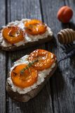 Morele, Ricotta ser i Miodowa grzanka dla Zdrowego śniadania, Zdjęcie Royalty Free