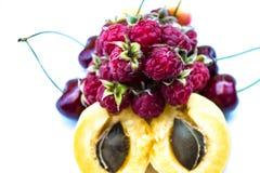 Morele, słodkie wiśnie i malinki, zdjęcia stock