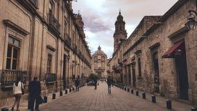 Morelia-Gasse, die zu Kathedrale f?hrt stockbilder