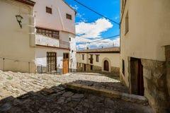 Morella é uma cidade murada antiga situada em uma cume no p foto de stock