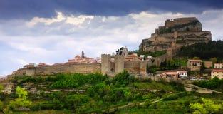 Средневековые стены городка в заходе солнца Morella Стоковое Изображение