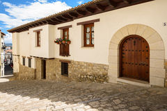 Morella est une ville murée antique située sur un sommet dans le p Photographie stock libre de droits