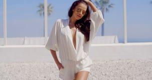 Morena adorável e 'sexy' que levanta ao lado da praia filme
