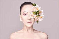 Morena atrativa do Nude bonito com as flores em sua cabeça Forme a composição bonita, pele limpa, cuidado facial Retrato dos jove Fotografia de Stock
