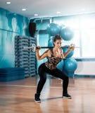 Morena atrativa que faz ocupas no gym foto de stock royalty free