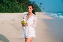 A morena bonita alta delgada veio descansar nas ilhas, caminhadas ao longo do Sandy Beach branco, aprecia o fim de semana Ele imagens de stock royalty free
