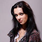 Morena bonita com cabelo longo saudável Fotos de Stock Royalty Free