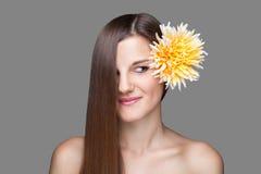 Morena bonita com cabelo reto longo Fotografia de Stock Royalty Free