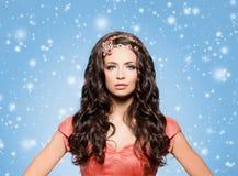 Morena bonita com a colar dourada luxuosa sobre o inverno azul imagens de stock royalty free