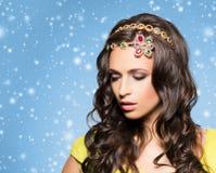Morena bonita com a colar dourada luxuosa sobre o inverno azul fotografia de stock