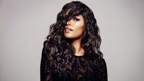 Morena bonita com penteado ondulado fotos de stock royalty free