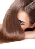 Morena bonita com por muito tempo cabelo reto e brilhante Imagens de Stock