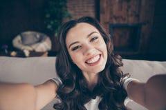 Morena bonita da foto ascendente próxima ela sua senhora para rir o riso para fazer para tomar os selfies que enganam em torno de imagens de stock royalty free