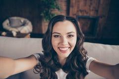 Morena bonita da foto ascendente próxima ela sua senhora para rir o riso para fazer para tomar a selfies bondoso sincero toothy e fotografia de stock