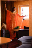 Morena bonita, dançarino no interior árabe do harém Fotos de Stock Royalty Free