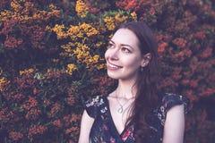 Morena bonita em um jardim, sorrindo imagens de stock royalty free