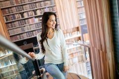Morena bonita na biblioteca imagens de stock royalty free