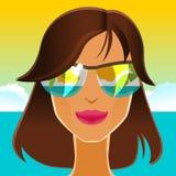 Morena bonita nos óculos de sol na praia Foto de Stock Royalty Free