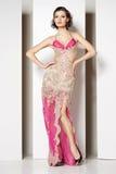 Morena bonita nova no vestido cor-de-rosa no branco Fotografia de Stock Royalty Free