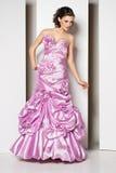 Morena bonita nova no vestido cor-de-rosa no branco Fotos de Stock Royalty Free