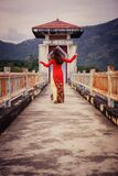 Morena bonita nova vietnamiana que levanta em um vestido vermelho Foto de Stock Royalty Free