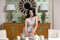 Morena bonita oferece um gosto do bolo Foto de Stock Royalty Free