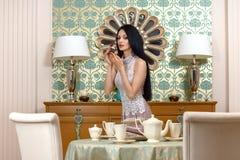 Morena bonita oferece um gosto do bolo Fotografia de Stock Royalty Free