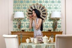Morena bonita oferece um gosto do bolo Imagem de Stock Royalty Free