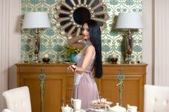 Morena bonita oferece um gosto do bolo Foto de Stock