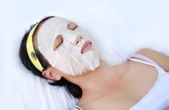 Morena bonita que obtém um tratamento facial nos termas da saúde imagem de stock royalty free