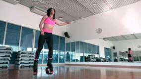 Morena bonita que treina seus pés com as sapatas do kangoo no gym filme