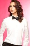 Morena bonita que veste uma curva do traje de cerimônia e uma camisa branca imagem de stock royalty free