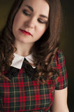 Morena bonito no vestido da tartã com bordos e curles vermelhos Retrato do estúdio Fotografia de Stock