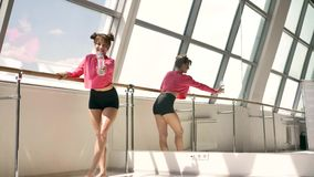 Morena caucasiano na água potável cor-de-rosa do sportswear da garrafa na sala branca filme