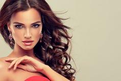 Morena com cabelo ondulado longo Foto de Stock Royalty Free
