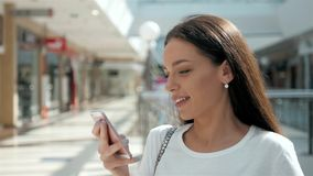 Morena com o telefone que sorri, ascendente próximo da mulher Feliz profissional novo da mulher de negócio Morena multi-étnico bo Imagens de Stock