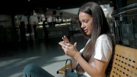 Morena com o telefone que sorri, ascendente próximo da mulher Feliz profissional novo da mulher de negócio Morena multi-étnico bo Imagem de Stock