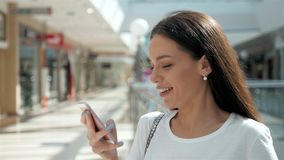 Morena com o telefone que sorri, ascendente próximo da mulher Feliz profissional novo da mulher de negócio Morena multi-étnico bo Foto de Stock