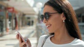 Morena com o telefone que sorri, ascendente próximo da mulher Feliz profissional novo da mulher de negócio Morena multi-étnico bo Fotografia de Stock Royalty Free