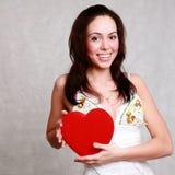 Morena de sorriso caucasiano atrativa da mulher isolada no st branco Foto de Stock