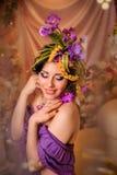 Morena de sorriso com composição criativa em tons roxos Fotografia de Stock Royalty Free