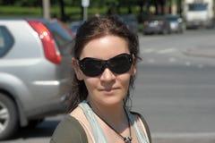 Morena de sorriso nos óculos de sol Foto de Stock