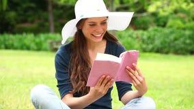 Morena de sorriso que guarda uma novela vídeos de arquivo