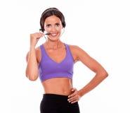 Morena de sorriso saudável com telefones principais Fotos de Stock Royalty Free