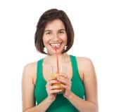 Morena e suco de laranja de sorriso Imagem de Stock Royalty Free