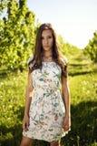 Morena ereta no jardim imagem de stock royalty free