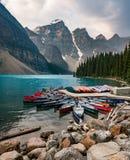Morena jezioro i łódź kajak kajakujemy z górami Banff park narodowy w Kanada zdjęcie stock