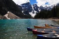 Morena jezioro jest jeden zadziwiający krajobrazy z kolorowymi łodziami i górą w Alberta, Kanada zdjęcia royalty free